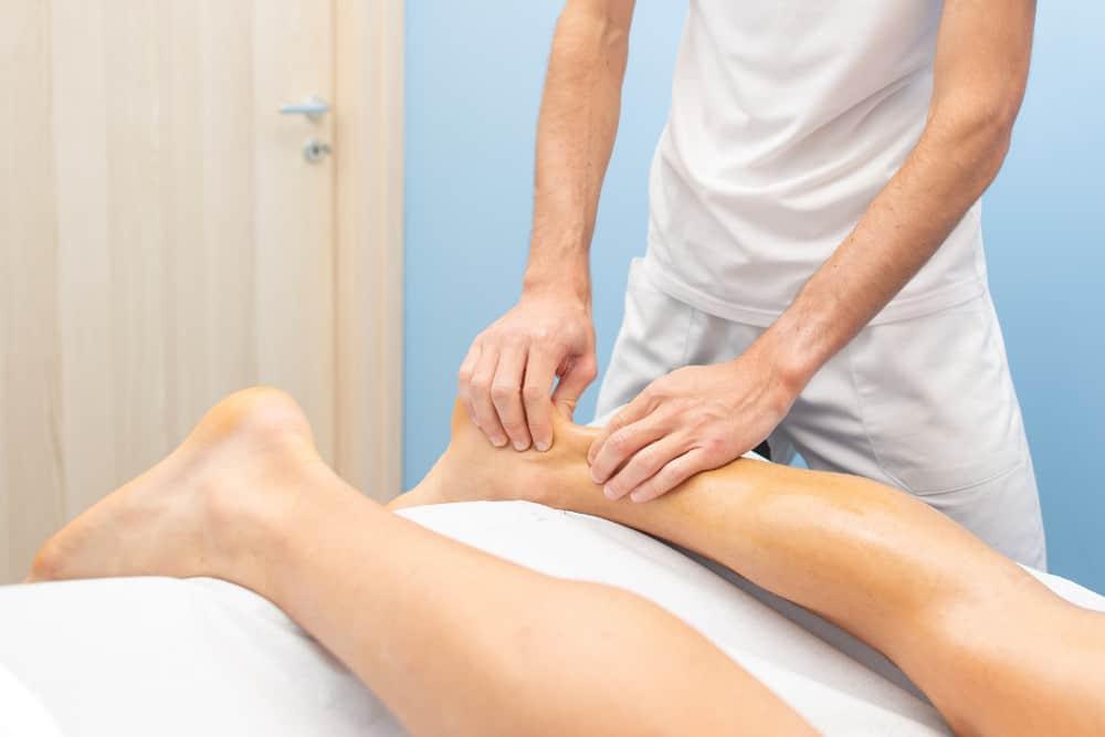 Therapeut behandelt gereizte Achillessehne