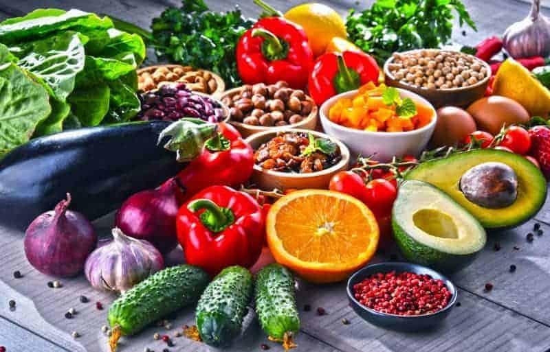 Reich mit Obst, Gemüse und Nüssen gedeckter Tisch