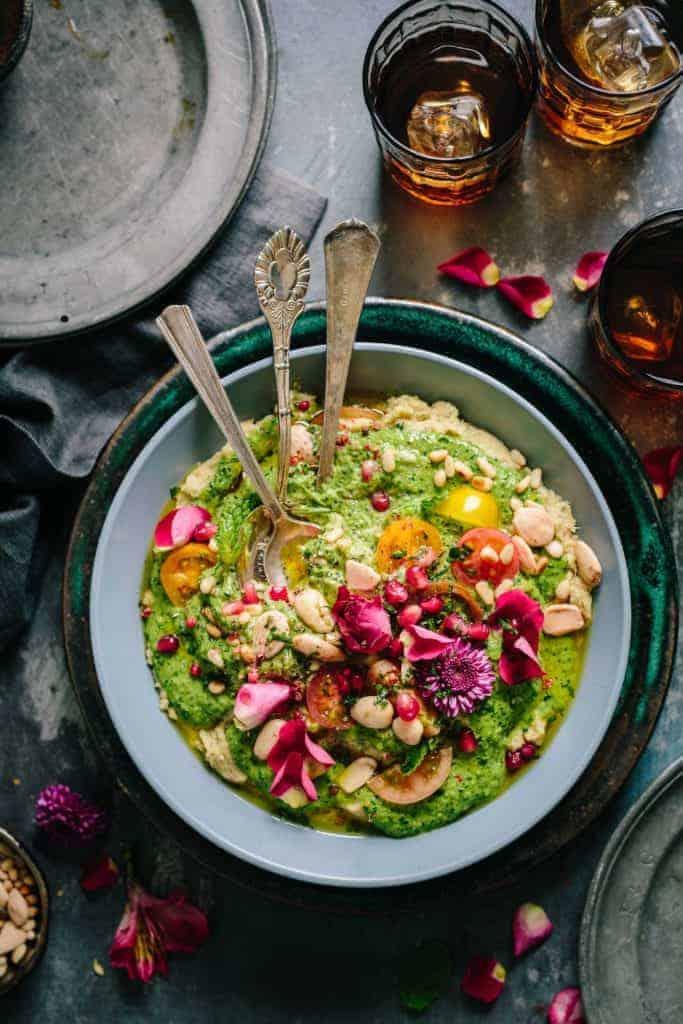 Vegane Bowl auf grauem Tisch
