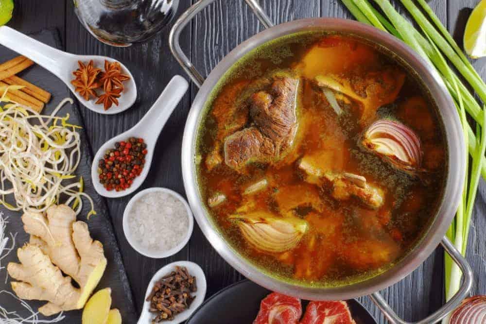 Eintopf mit Gewürzen und Fleisch auf dem Tisch