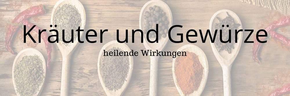"""Holzlöffel mit verschiedenen Gewürzen und Aufschrift """"Kräuter und Gewürze"""""""