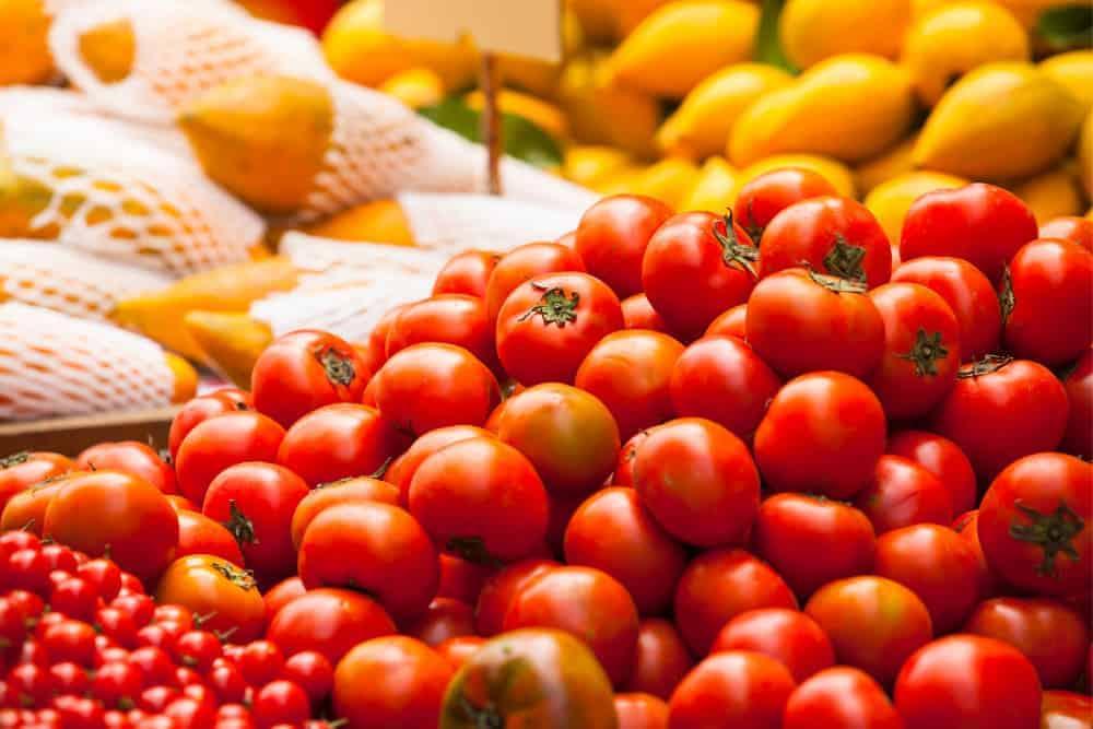 Tomaten präsentiert auf Marktstand