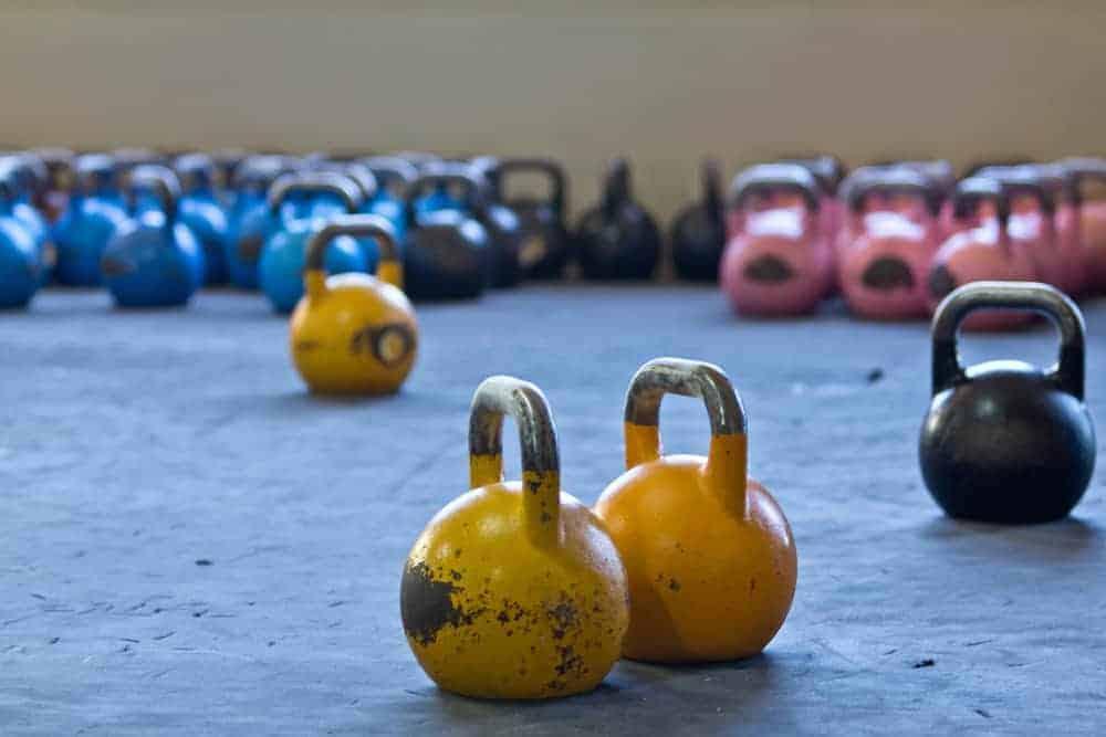 Kugelhanteln in verschiedenen Farben in Fitnessstudio